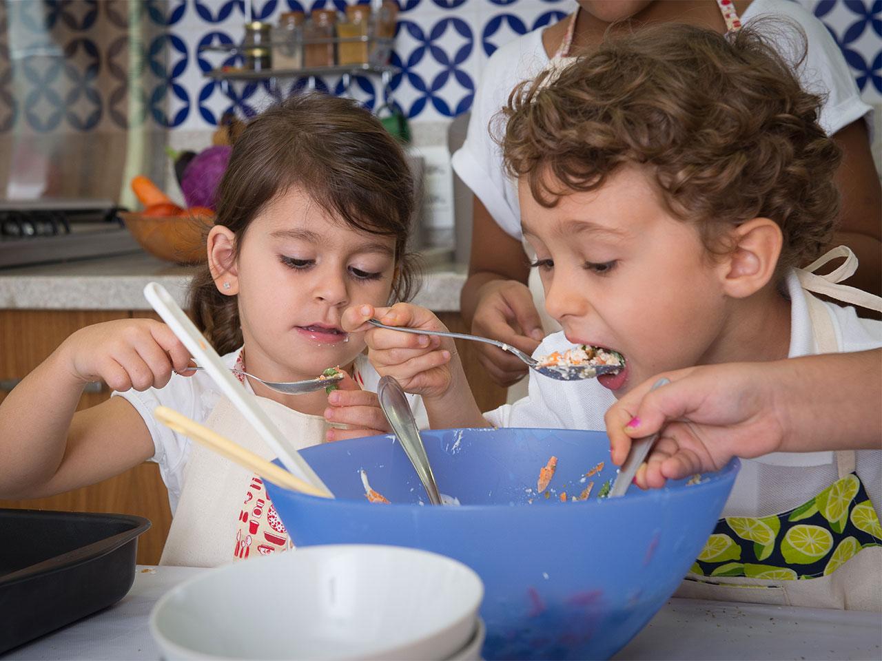 criancas-preparando-e-experimentando-comida