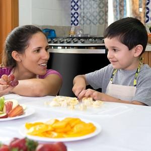 Conselhos de especialista para ensinar as crianças a comer melhor por meio da culinária