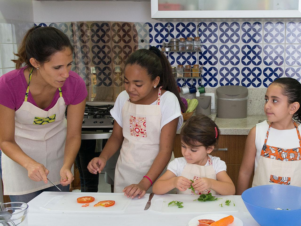 malu-ensinando-culinaria-para-criancas